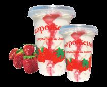 Ванильное мороженое с клубникой в пластиковом стакане